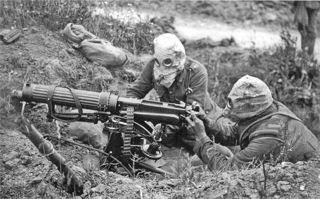 Vickers_machine_gun_crew_ImperialWarMuseum with_gas_masks